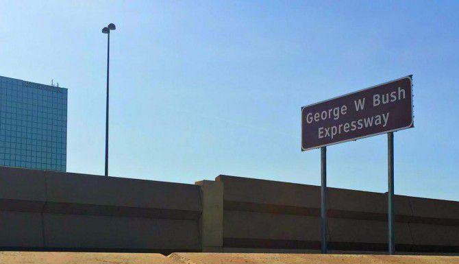 """El estado de Texas colocó dos letreros proclamando una sección de la Autopista 75 como el """"George W. Bush Expressway"""". (DMN/ROSE BACA)"""