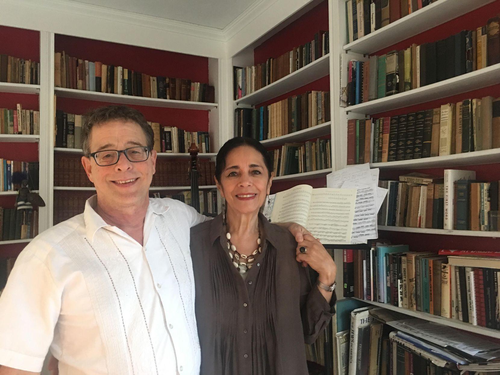 Jeff Hurst y Cora Cardona, fundadores del Teatro Dallas, fotografiados en su casa en Oak Cliff el 11 de septiembre de 2018. Foto: JENNY MANRIQUE/AL DÍA