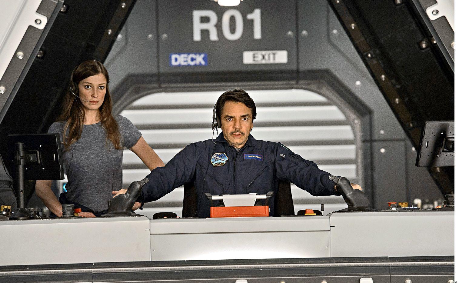 Eugenio Derbez hace el papel de un ingeniero de robótica en la nueva película Geo-Tormenta. (AGENCIA REFORMA)