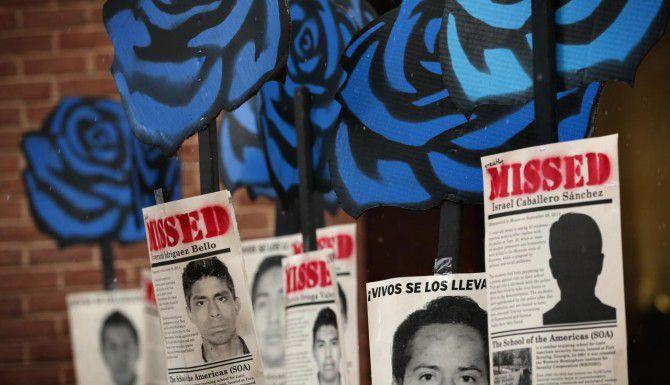 Activistas muestras carteles alusivos a los 43 estudiantes desaparecidos en Ayotzniapa mientras la Comisión Interamericana de Derechos Humanos estucha testimonios en Washington. (GETTY IMAGES/ALEX WONG)
