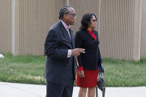 John Wiley Price junto a su asistente Dapheny Fain, ambos estaban acusados en el juicio.