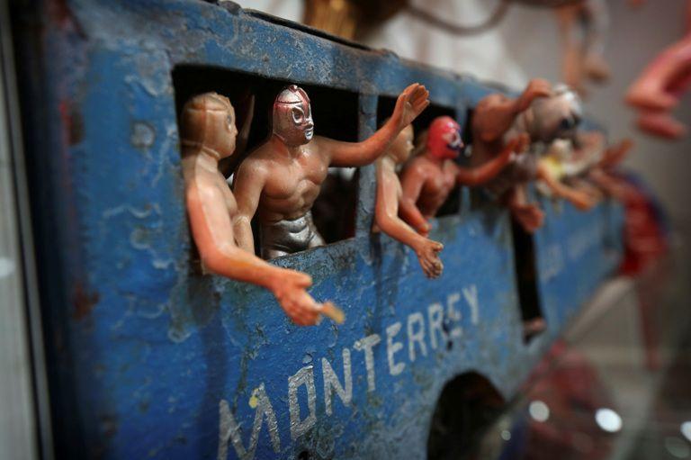 Figuras del El Santo son desplegadas en el Museo del Juguete Antiguo en la Ciudad de México. (AP/Gustavo Martinez Contreras)