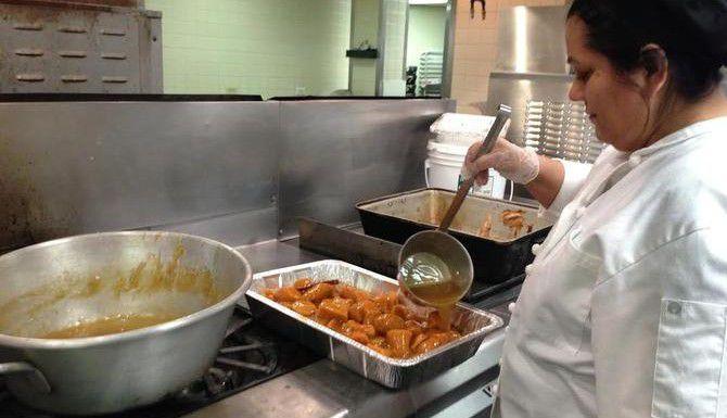 Teresa Flores, asistente de cocina del Salvation Army de Dallas, prepara los alimentos para el almuerzo de Navidad de los indigentes que viven en la calle. (AL DIA/ANA E. AZPURUA)