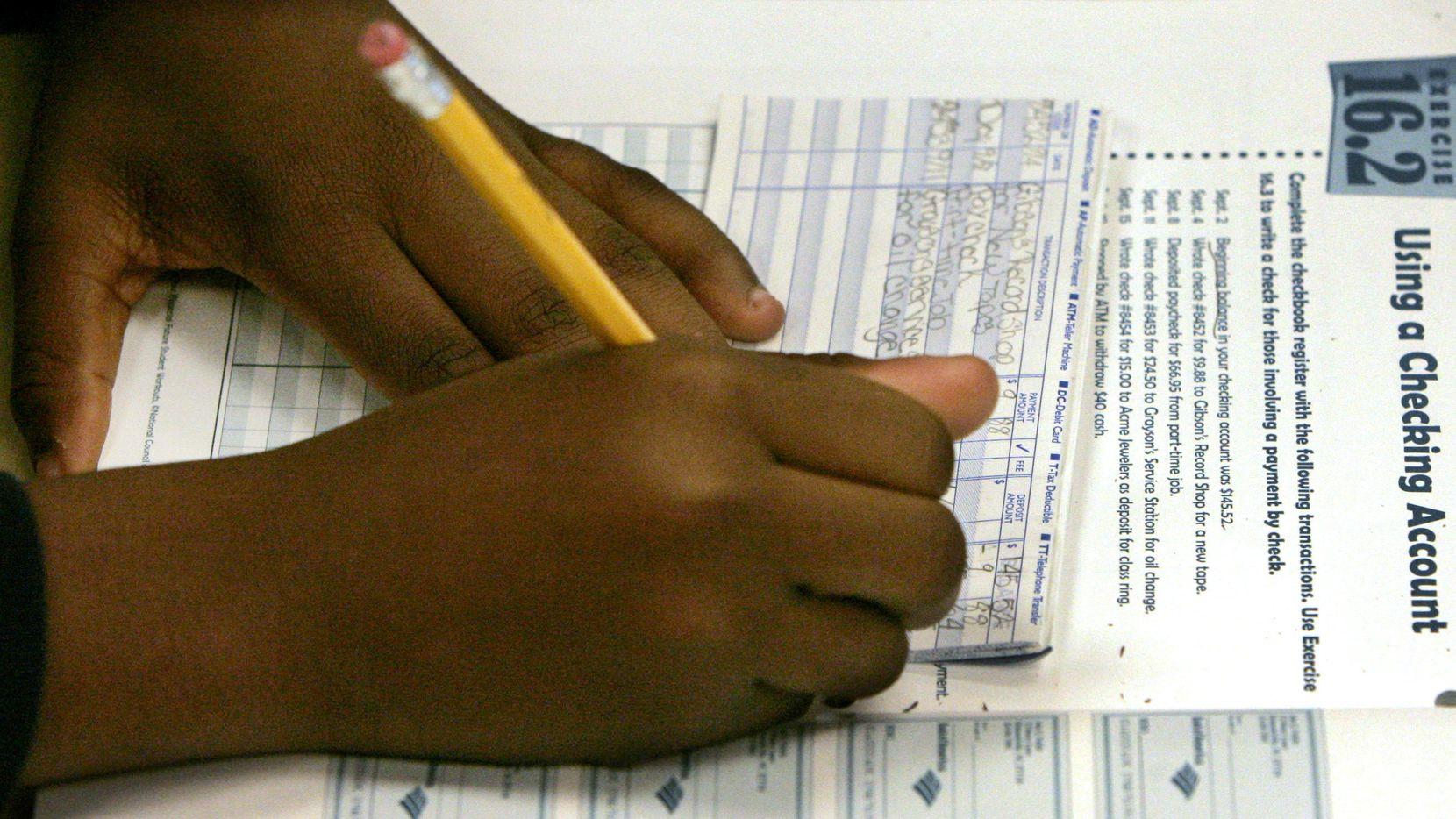 Tomar clases de finanzas personales es una buena opción. AP Foto/Charles Rex Arbogast, Archivo)