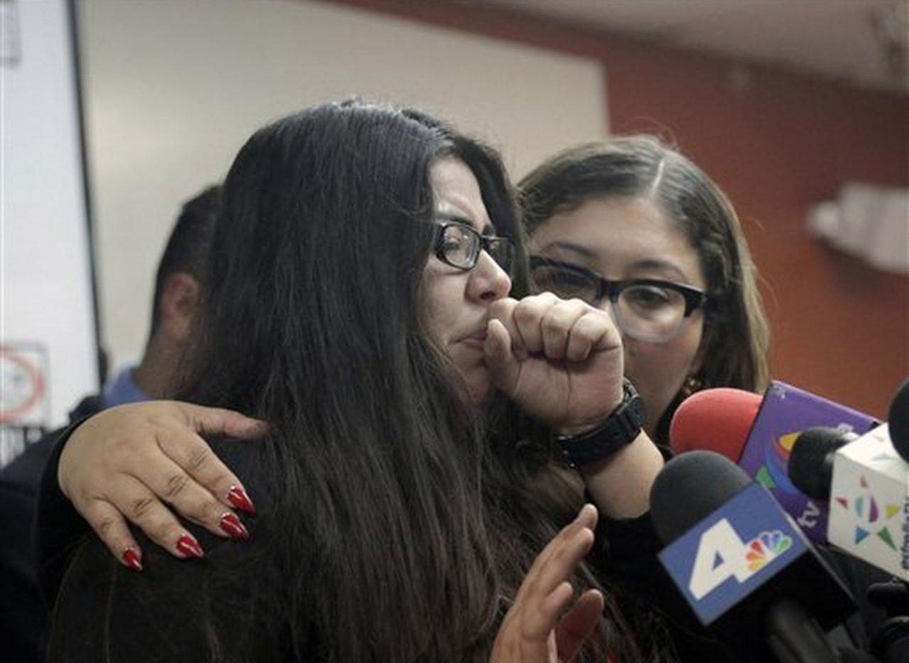 Marlene Mosqueda (izq) es consolada por su abogada Karla Navarrete durante una conferencia de prensa en Los Ángeles el 10 de febrero del 2017.  Foto AP