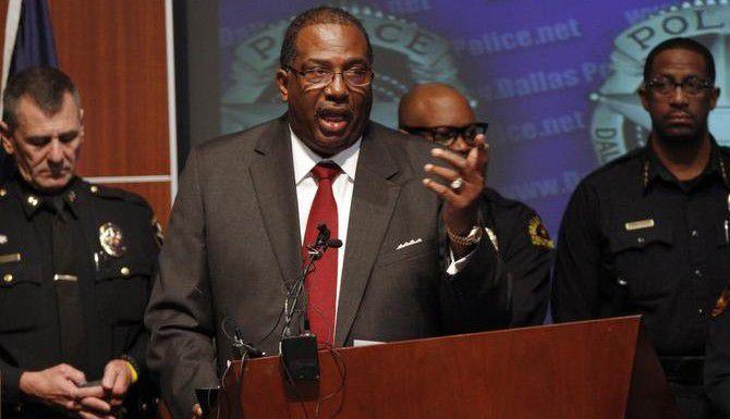 El senador estatal Royce West, demócrata por Dallas, explica su proyecto de ley para proveer cámaras portátiles a todos los policías del estado para documentar su interacción con civiles. (ESPECIAL PARA DMN/BEN TORRES)