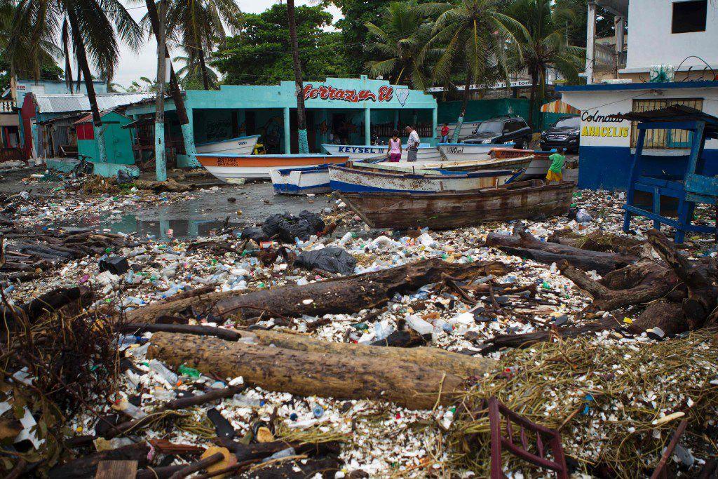 Vista parcial de la costa de Santo Domingo, cerca del puerto de Haina, el 3 de octubre 2016. Se esperan vientos fuertes y lluvias en las próximas horas. (AP)