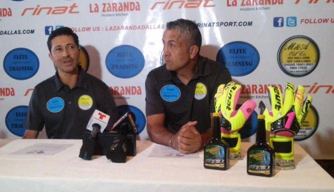 Rafael Calderón (izq.) y Sergio Bernal en la presentación de la academia el martes en Addison. (AL DÍA/SILVANA PAGLIUCA)