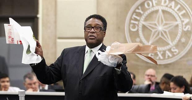 El concejal Dwaine Caraway trata en vano de persuadir a sus colegas del cabildo de Dallas de dejar vigente el cobro por bolsas de plástico en las tiendas, el cual fue abolido el miércoles. (DMN/KYE R. LEE)