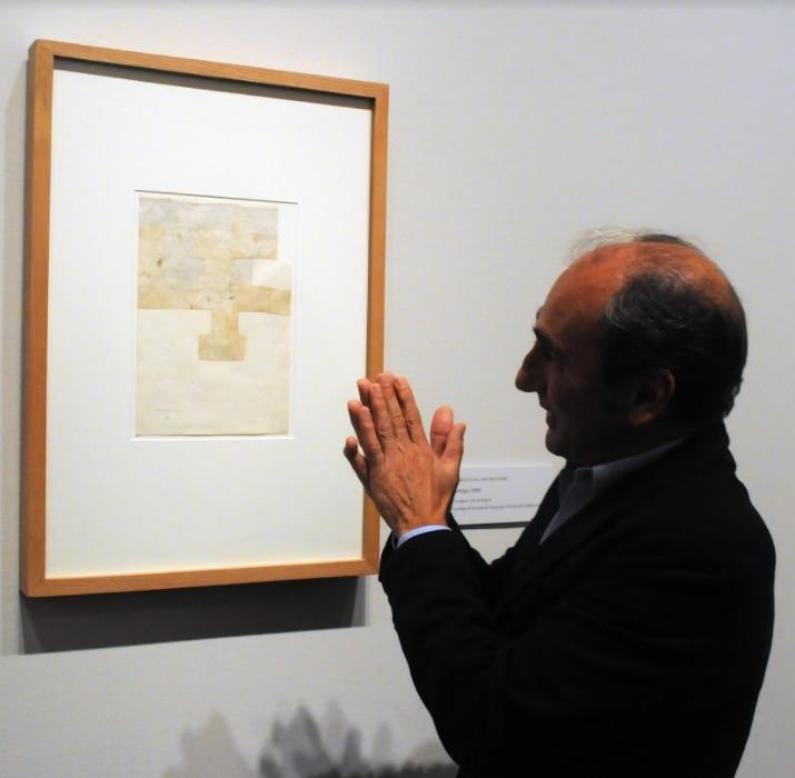 """Luis Chillida explica la obra """"Collage"""" de Eduardo Chillida. Foto de Javier Giribet para Al Día."""