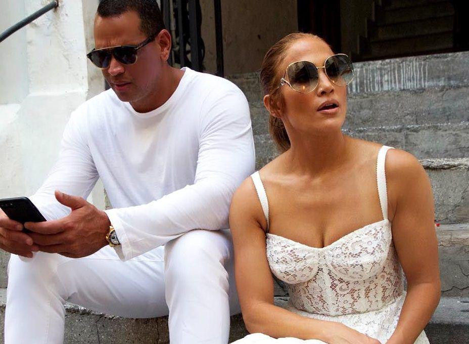 A través de su cuenta de Twitter el ex bateador de los Yankees de Nueva York José Cansec dijo que el prometido de la cantante Jennifer López (der.), Alex Rodriguez (izq.) estaba saliendo con su ex pareja./ AGENCIA REFORMA