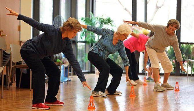 Marianne Griffin (izq.) participa en una sesión de ejercicios en el Centro para Adultos Mayores de Allen. (ESPECIAL PARA EL DMN/STEWART F. HOUSE)