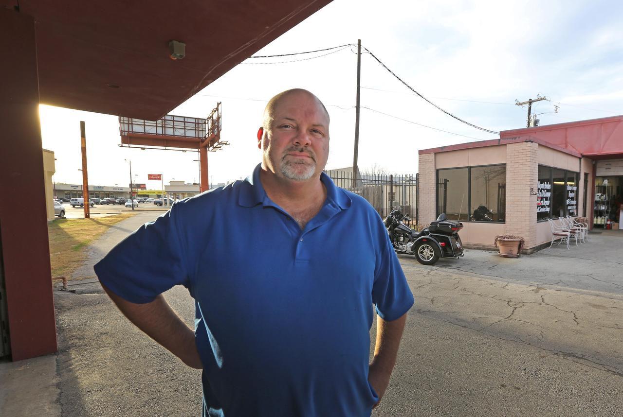 Keven Prestridge es el dueño de un taller mecánico que ha estado varias décadas en Lake Highlands. Es uno de varios negocios que tendrían que irse por la construcción de una escuela.) (DMN/LOUIS DeLUCA)