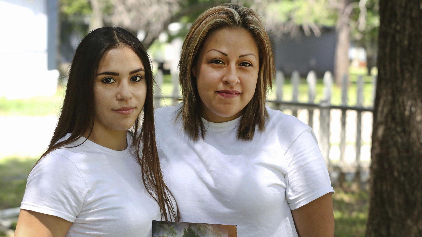 Daisy Serrano (izq.), con una foto de su madre, junto a su prima Dulce Domínguez. Ambas se reencontraron hace poco y ayudaron a resolver el asesinato de la madre de Daisy en 1996. LOUIS DeLUCA/DMN