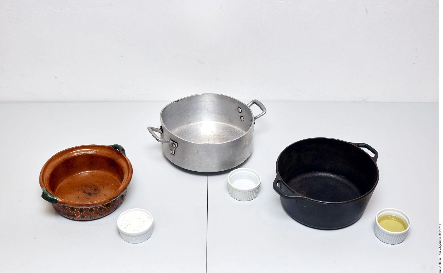 La manera tradicional de curar una olla de barro es con agua y cal./ AGENCIA REFORMA