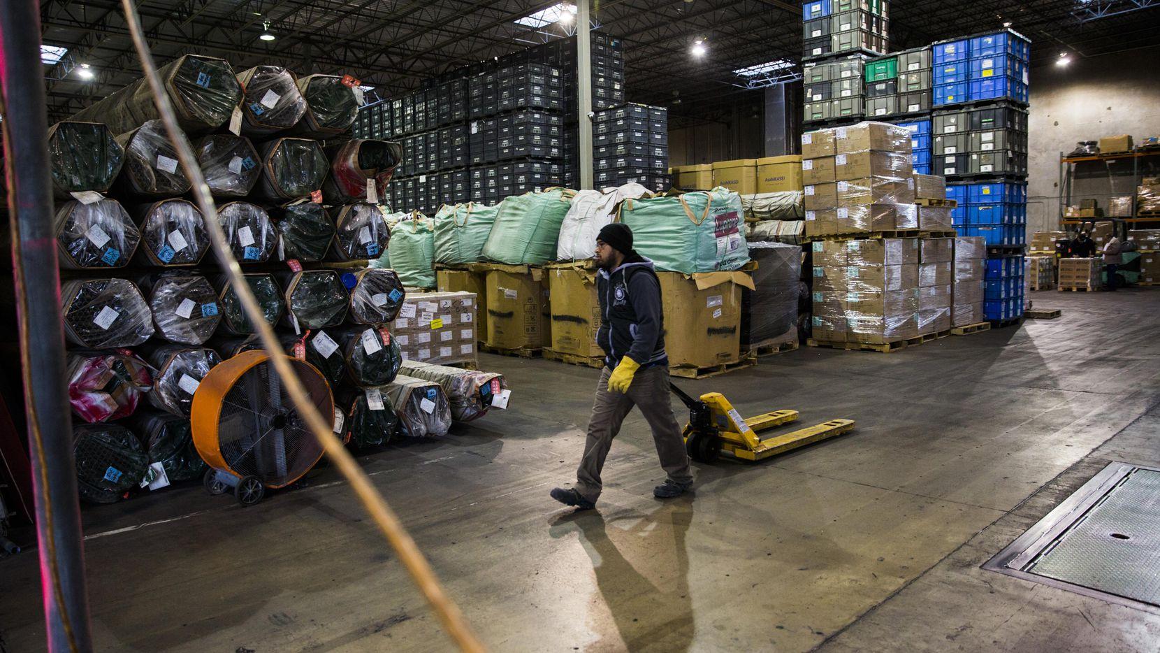 Francisco Garza camina por una bodega de Bespoke-Logistics en McAllen. Un estudio de SMU afirma que NAFTA ayudó a crear más empleos en Texas. (DMN/ASHLEY LANDIS)