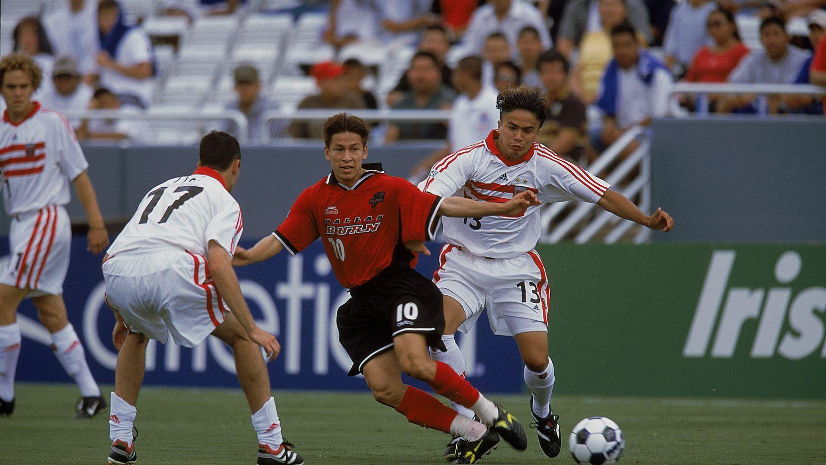 """""""Joselito"""" Vaca (centro) en una foto de archivo del 9 de junio de 2001 cuando jugaba con el Dallas Burn.(GETTY IMAGES)"""