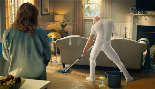 Una imagen del comercial de Mr. Clean Cleaner of Your Dreams en una imagen proporcionada por Procter & Gamble. (Procter & Gamble via AP)