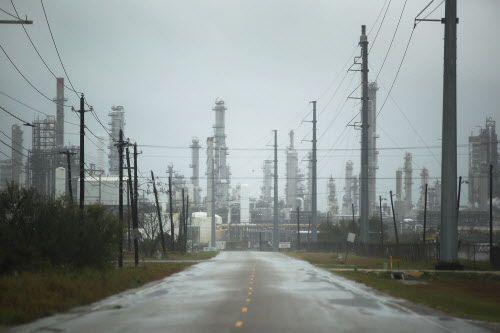 Una refinería de petróleo, antes de la llegada del Huracán Harvey, en Corpus Christi, Texas.