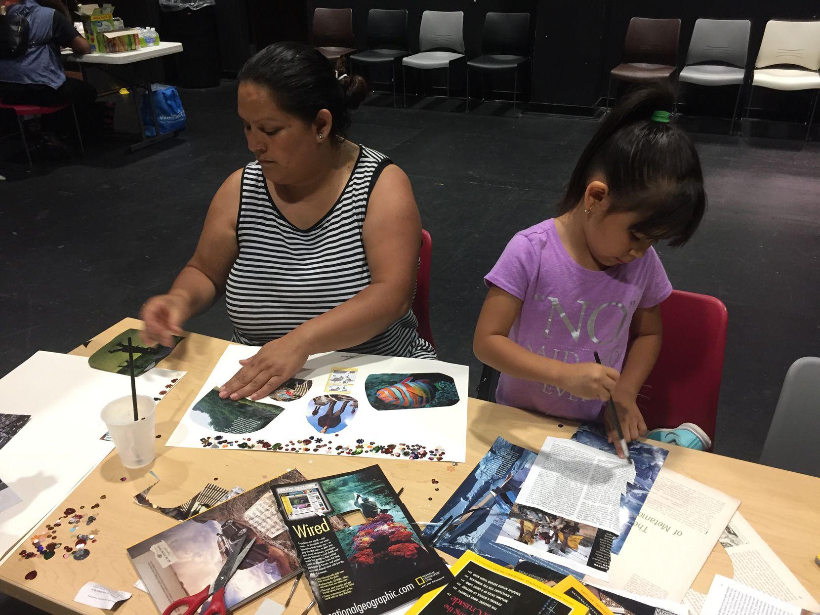 Alma Salas, originaria de Zacatecas (izq.), quiso participar en la composición de peomas visuales con su hija Alexa Salas de 4 años.(CARMINA TISCAREÑO/AL DÍA)