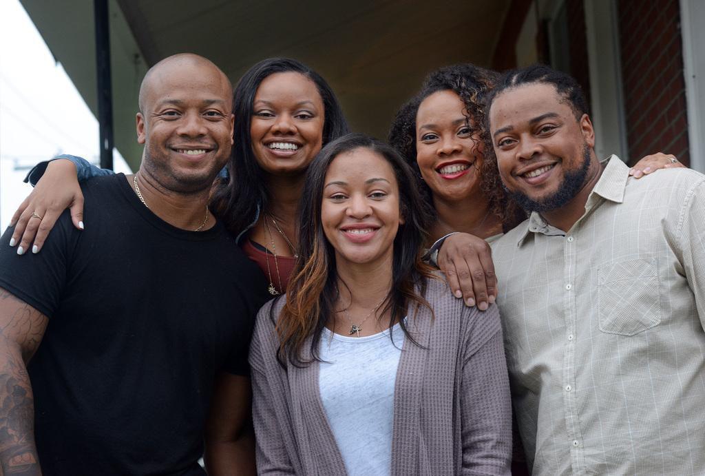 (Desde la izq) Kevin Overton, Cherjon Overton, Sally Armstrong, Sterlin Overton y Dorein Overton se reunieron el mes pasado. Sally acababa de descubrir que tenía más hermanos biológicos.