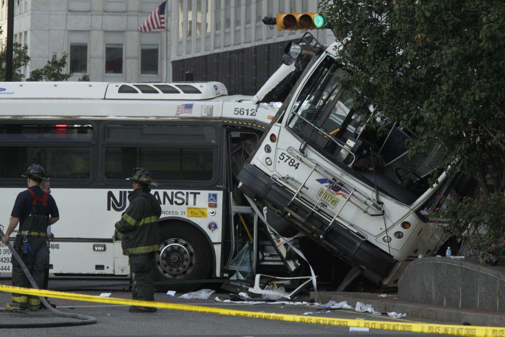 En el accidente murieron el conductor de uno de los autobuses que iba vacío y una pasajera en otro, mientras que 17 personas más resultaron heridas,/AP