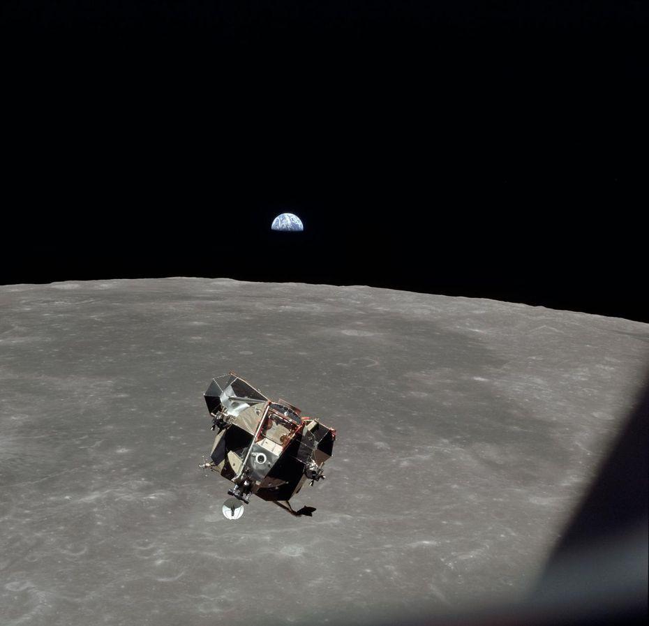 """El módulo lunar llamado """"Eagle"""" se desprende del módulo de comando en camino a la superficie de la Luna. Al fondo se observa la Tierra."""