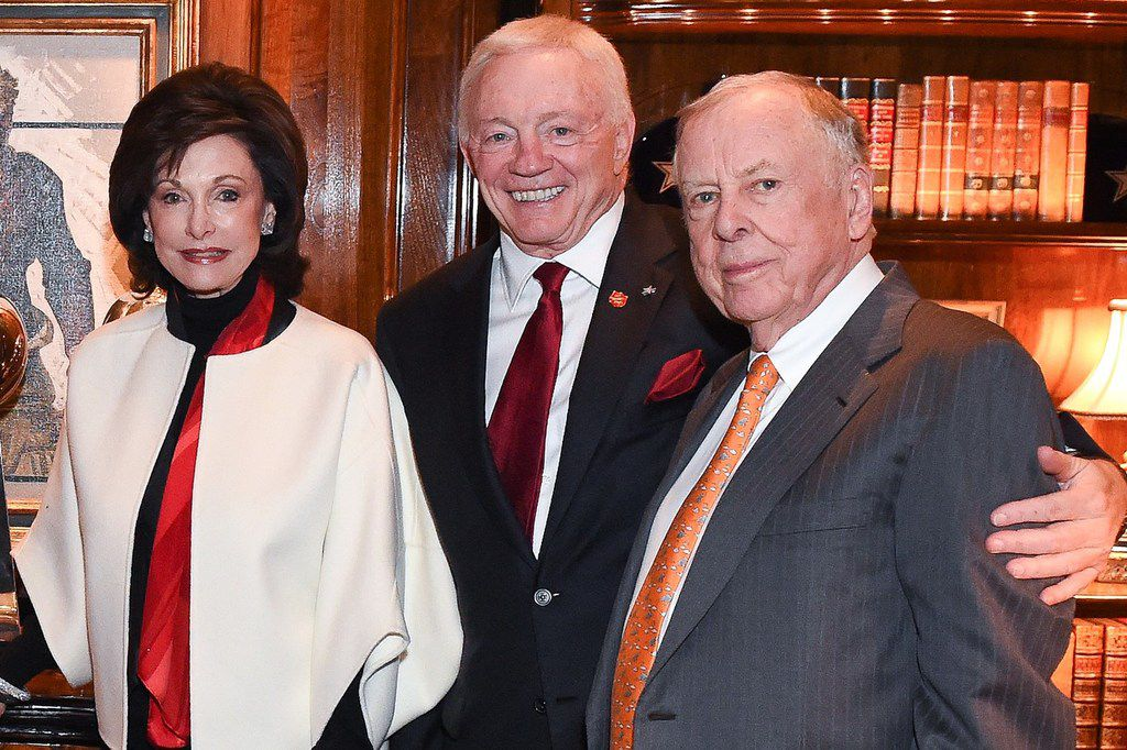 Gene and Jerry Jones posed with T. Boone Pickens in 2014.