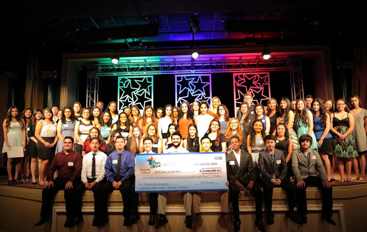 Los ganadores de las becas Stars on the Rise de la Cámara de Comercio Hispana de Dallas.(Cortesía)