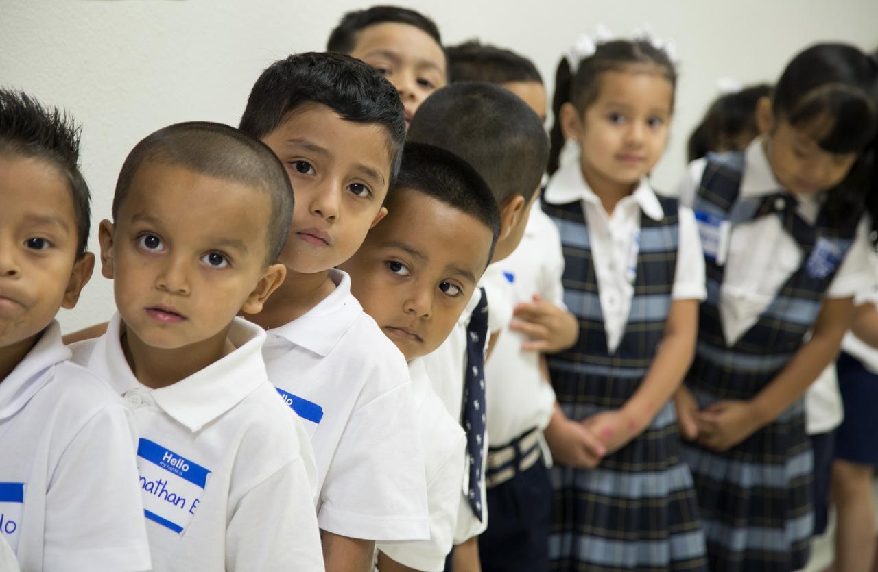 Estudiantes de prekínder en la escuela Loenides González Cigarroa. El DISD tiene un programa de asistencia para los uniformes, para quienes lo necesiten. (AL DÍA/MARÍA OLIVAS)