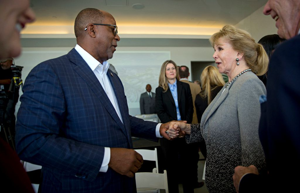 Former Dallas Mayor Ron Kirk (left) shakes hands with Annette Simmons following a press conference to announce the donation of $50 million by the Simmons family to the City of Dallas Monday, October 31, 2016 in Dallas. The money will help fund a large, urban park planned for the Trinity River levee area near downtown Dallas. (G.J. McCarthy/The Dallas Morning News)