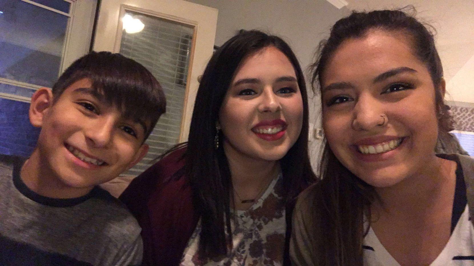 James González (izq.), junto a sus hermanas Shelby Moreno y Alanna Bouvier. CORTESÍA SHELBY MORENO