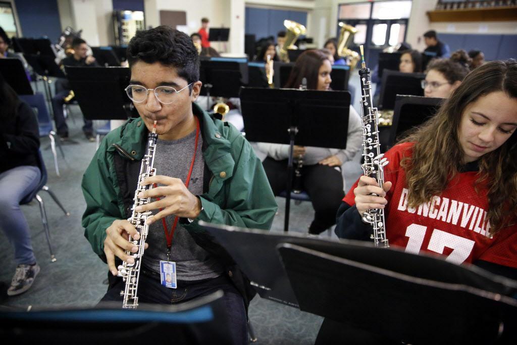David Mojica  (izq.) toca el oboe para su orquesta en la preparatoria Duncanville. Mojica está a la espera de un donante de médula ósea, pero hay pocos latinos en el registro de donantes voluntarios. TOM FOX/DMN