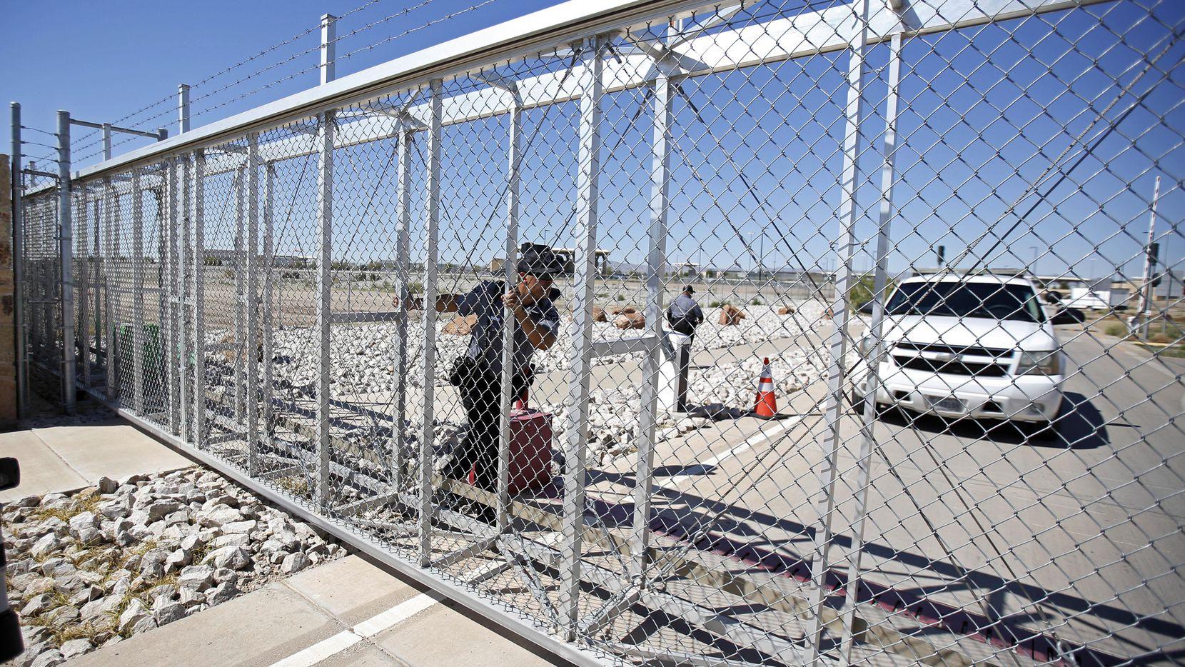 Un agente de Seguridad Nacional cierra la puerta de acceso a un centro de detención de inmigranhtes en Tornillo, Texas.(AP)