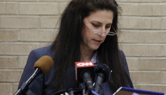 Jane Bishkin, la abogada del ex policía de McKinney Eric Casebolt, el jueves pidió disculpas a nombre de su cliente por el maltrato de jóvenes afroamericanos afuera de una alberca. Sin embargo, dijo que un video ampliamente difundido no muestra todo lo que ocurrió ese día en la escena. (DMN/DAVID WOO)