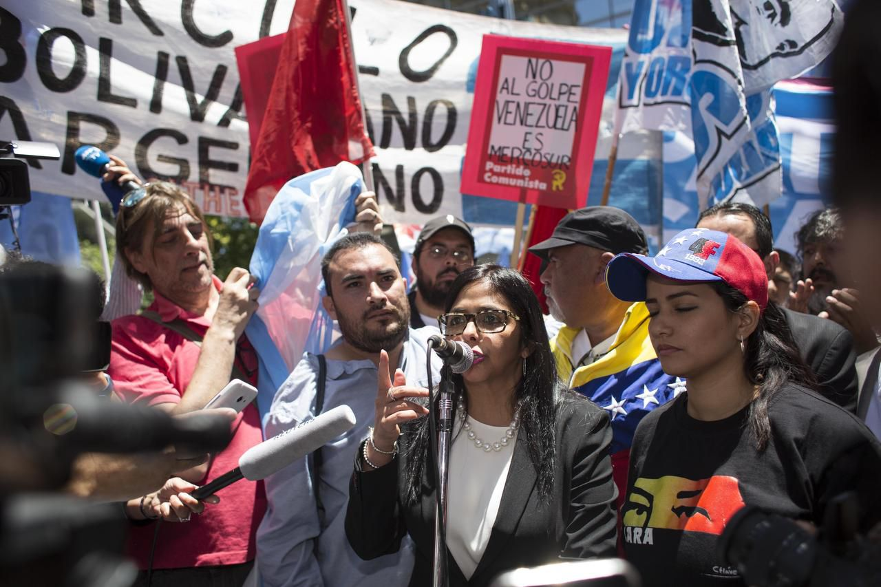 La canciller venezolana Delcy Rodríguez da declaraciones a las afueras del Ministerio de Relaciones Exteriores de Argentina en Buenos Aires el miércoles 14 de diciembre del 2016.(AP)