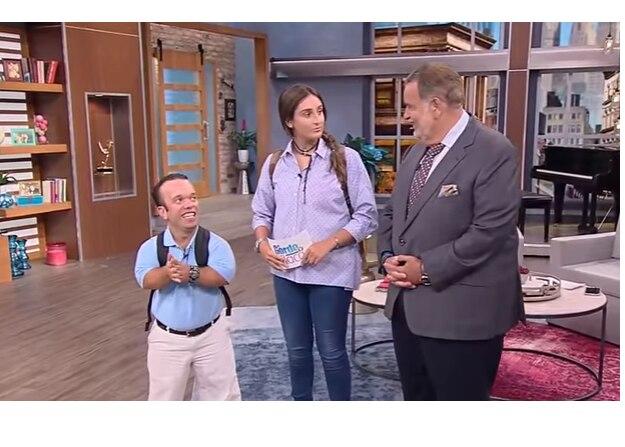"""La hija del presentador de """"El Gordo y la Flaca"""" fue la encargada de presentar parte del programa junto a su padre el lunes. FOTO TOMADA DE YOUTUBE."""