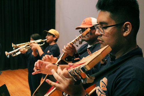 Ángel Hinojosa, estudiante de segundo año, toca el guitarrón durante un ensayo de mariachi en el auditorio de la preparatoria Polytechnic Senior High School en Fort Worth, el 18 de enero del 2019. (Por Javier Giribet / Al Día)
