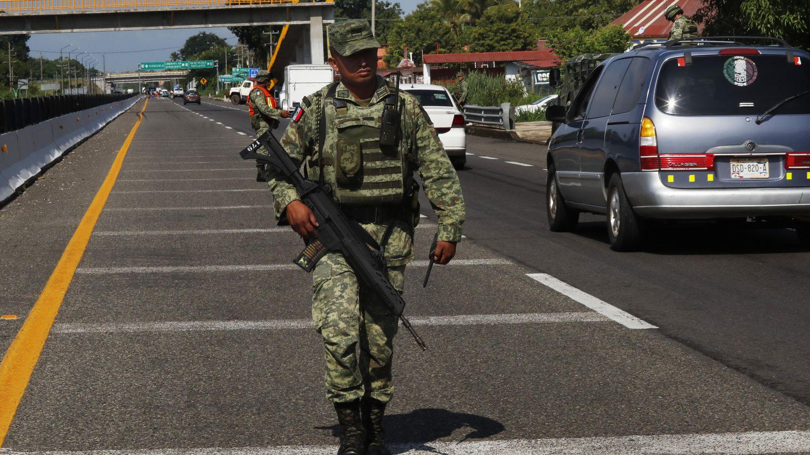 Un soldado mexicano patrulla un sector de la carretera cerca de Tapachula, Chiapas, en donde se instaló un reten migratorio. (AP/Marco Ugarte)