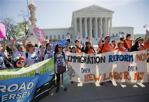 Fotografía de archivo del 18 de abril de 2016 de simpatizantes de una reforma a las leyes de inmigración frente a la Corte Suprema en Washington. Foto AP