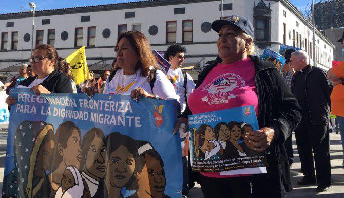 Merced Leyva, derecha, de 65 años, viajó desde Temple, Texas, para reunirse con otras activistas de varias partes de Estados Unidos y marchar para exigir una reforma migratoria y el respeto para los migrantes. La integrante de Dreamers Mothers in Action se unió a representantes de otras organizaciones juarenses para marchar desde el puente fronterizo Paso del Norte hasta la catedral de Guadalupe, en Ciudad Juárez. (JORGE CHÁVEZ RAMÍREZ/AL DÍA)