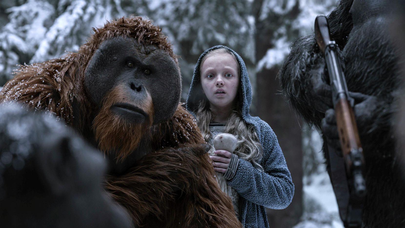 """Karin Konoval (izq.) y Amiah Miller en una escena de """"War for the Planet of the Apes"""".(Twentieth Century Fox)"""