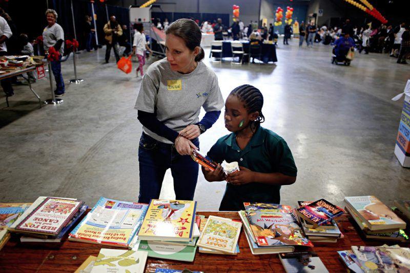 """Dallas ISD regalará más de 10,000 libros durante la feria didáctica """"Read for Me 2019"""".  (Por G.J. McCarthy/DMN)"""