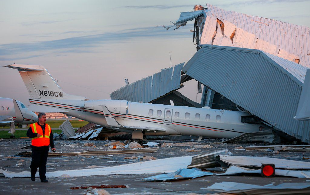 Una persona evalúa los daños causados por fuertes vientos en un hangar del Aeropuerto William P. Hobby, el miércoles 4 de abril del 2018, en Houston. (Godofredo A. Vásquez /Houston Chronicle via AP)