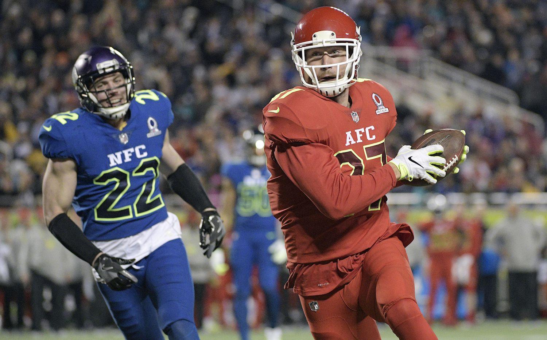 Travis Kelce de los Chiefs de Kansas City corre hacia la zona de touchdown ante la marca de Harrison Smith de los Vikings de Minnesota, en el Pro Bowl, el domingo en Orlando. AP
