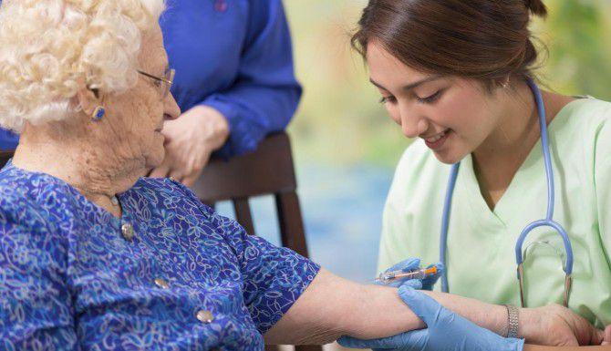 Los adultos mayores deben vacunarse contra la neumonía, gripe y otros males. (iSTOCK/PAMELA. MOORE)
