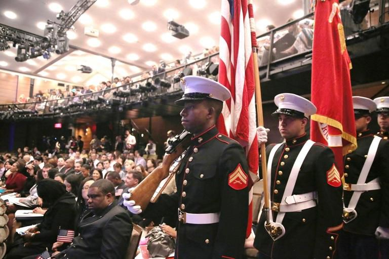 Varios elementos de las fuerzas armadas se preparan para una ceremonia de naturalización.(GETTY IMAGES)