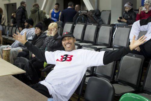 "LaVar Ball es como ""el Kardashian de la NBA"", dice el entrenador de los Warriors, Steve Kerr. Foto AP"