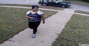 Una cámara de circuito cerrado captó a esta mujer presuntamente sustrayendo paquetería con regalos de una casa de Highland Park. (DPD/CORTESIA)