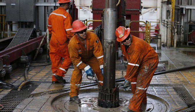Trabajadores de Pemex en una plataforma de perforación en el Golfo de México alistan un taladro para aguas profundas en la costa de Veracruz. (AP/Darío Lopez-Mills)